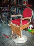 De rode oude kappersstoel stock afbeeldingen
