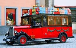 De rode ouderwetse auto met Kerstmis stelt voor Stock Foto's