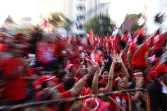De rode overhemdsprotesteerder is protest tegen regeert Stock Afbeeldingen