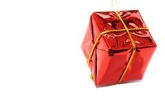De rode pakket gevormde decoratie van de Kerstmisboom Stock Foto's