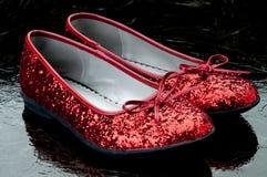 De rode pantoffels van Sequined op donkere tegel. Stock Afbeelding