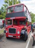 De rode passagiers two-storey bus bij de show van retro auto's royalty-vrije stock foto