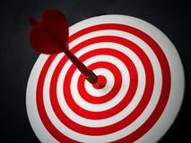 De rode pijl die van het bullseyepijltje doelcentrum van dartboard raken Concept succes, doel, doel, voltooiing royalty-vrije stock fotografie