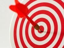 De rode pijl die van het bullseyepijltje doelcentrum van dartboard raken Concept succes, doel, doel, voltooiing royalty-vrije stock foto's