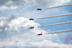 De Rode pijlen van Royal Air Force - de lucht toont in Estland Tallinn 2014 ye Stock Foto's