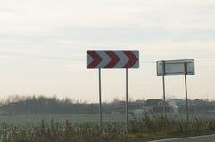 De rode pijlen van de verkeerstekenraad Stock Fotografie