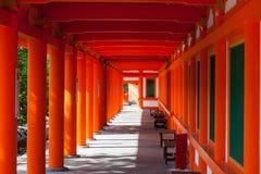 De rode pijlers sanjusangen-doen binnen Boeddhistische tempel in Kyoto royalty-vrije stock afbeelding