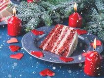 De rode plak van de fluweelcake voor het dessert van de Valentijnskaartendag Royalty-vrije Stock Afbeelding