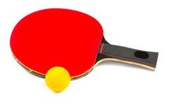 De rode racket van de pingpong met gele bal Stock Afbeeldingen