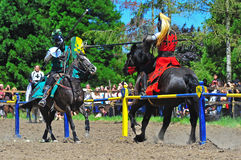 De rode ridder raakte op de groene ridder Stock Afbeeldingen