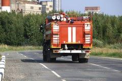 De rode ritten van de Brandvrachtwagen bij de brand stock foto