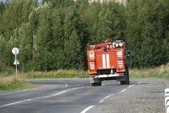 De rode ritten van de Brandvrachtwagen bij de brand stock afbeelding