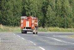 De rode ritten van de Brandvrachtwagen bij de brand royalty-vrije illustratie
