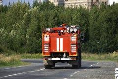 De rode ritten van de Brandvrachtwagen bij de brand stock fotografie