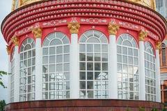 De rode ronde bouw met grote Vensters en kolommen Stock Fotografie