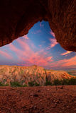 De rode rotsberg met boogzonsondergang betrekt dichtbij Calitzdorp in Sou Royalty-vrije Stock Afbeelding