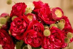 De rode rozen zijn met bakstenen muurachtergrond Stock Foto