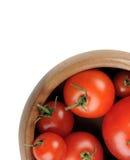 De rode sappige rijpe tomatenvruchten liggen in een houten kom Stock Foto's
