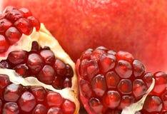 De rode sappige rijpe zaden van het granaatappelfruit Stock Fotografie