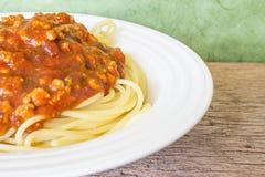 De rode sausspaghetti in een witte schotel Stock Afbeeldingen