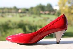 De rode schoenen van het huwelijk Stock Afbeeldingen