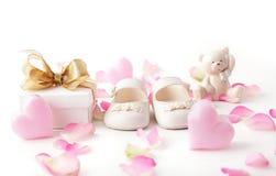 De rode schoenen van het jonge geitje royalty-vrije stock afbeelding