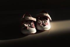 De rode schoenen van het jonge geitje Royalty-vrije Stock Foto