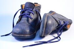De rode schoenen van het jonge geitje Stock Foto's
