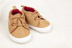 De rode schoenen van het jonge geitje Royalty-vrije Stock Foto's