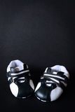 De rode schoenen van het jonge geitje Stock Afbeeldingen