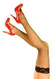 De rode schoenen van vrouwen de benen en Royalty-vrije Stock Foto