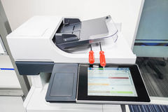De rode schroevedraaiers op printer treffen voor reparatie voorbereidingen Royalty-vrije Stock Afbeeldingen