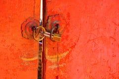 De rode sleutel van het deur oude dichte slot stock foto's