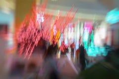 De rode slinger, Kerstmisornamenten, in het winkelcentrum, Kerstmis, fonkelt lichten De samenvatting defocused vage motie royalty-vrije stock afbeelding