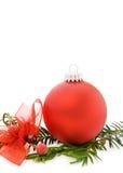 De rode snuisterij van Kerstmis en altijdgroene tak Royalty-vrije Stock Foto's