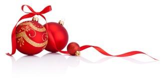 De rode snuisterijen van de Kerstmisdecoratie met geïsoleerde lintboog Stock Foto's