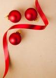 De rode snuisterijen van Kerstmis met modieus lint Royalty-vrije Stock Fotografie