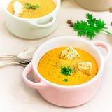 De rode soep van de linzenroom met beschuiten in kleine dienende potten of kom royalty-vrije stock foto