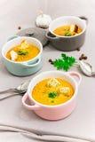 De rode soep van de linzenroom met beschuiten in kleine dienende potten of kom royalty-vrije stock fotografie