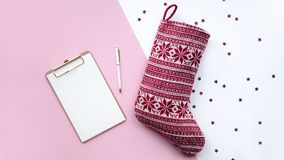 De de rode sok en nota van de kerstman Concept Kerstmis royalty-vrije stock afbeeldingen