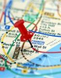De rode speld die op het einde van Wall Street wordt genageld Stock Afbeelding