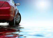 De rode sportieve auto die op schone achtergrond wordt geïsoleerd denkt in het water na