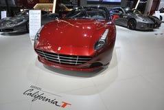 De rode sportwagen van Ferrari Californië T Stock Afbeeldingen