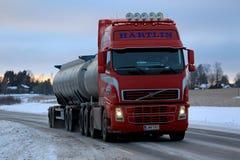 De rode Tankwagen van Volvo FH levert in Dusktime Royalty-vrije Stock Foto's