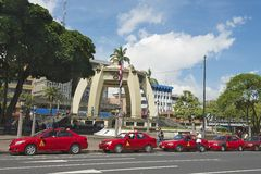 De rode taxicabines wachten in lijn bij het Central Park in San Jose, Costa Rica Stock Afbeeldingen