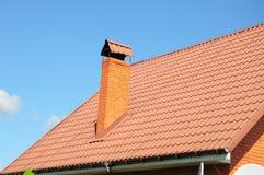 De rode tegels van het metaaldak De Dakspanen van het metaaldak - Dakwerkbouw, Baksteenschoorsteen, Dakwerkreparatie Stock Afbeeldingen