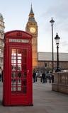 De rode telefooncel van Ypical met de Big Ben in bac Royalty-vrije Stock Fotografie