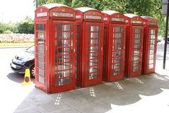 De rode telefooncellen op een straat wandelen langs in Londen, Engeland, Europa Royalty-vrije Stock Fotografie