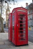 De rode telefooncellen van Ypical met de binnen Big Ben Royalty-vrije Stock Afbeeldingen