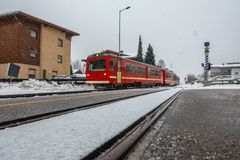 De rode trein gaat de post in stock afbeeldingen